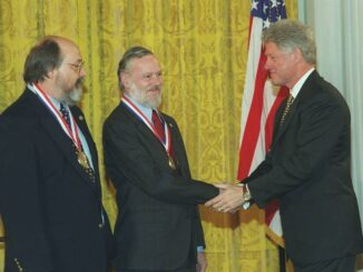Bill Clinton kitönteti Dennis Ritchie-t és Ken Thompsont