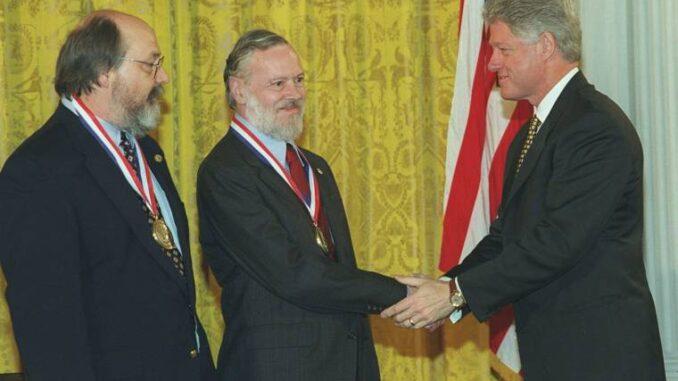 Bill Clinton kitönteti Dennis Ritchie-t és Ken Thompsont